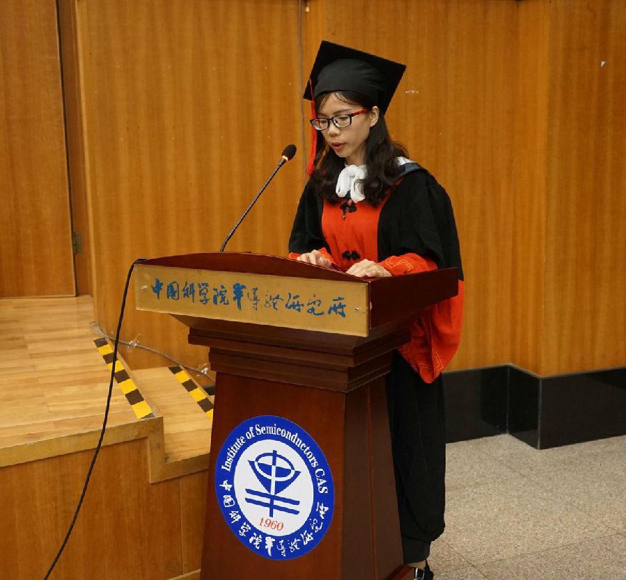 畢業生代表林妙玲發言